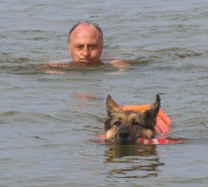 Sherina schwimmt